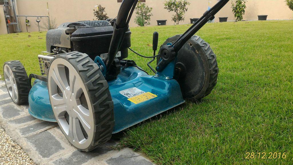 Stone Edging (Paver) untuk memudahkan kerja kerja memotong rumput.